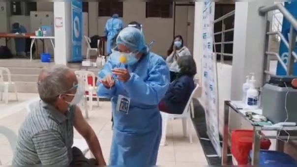 Un grupo de enfermeras decidió usar narices de colores para aliviar el estrés de los adultos mayores al momento de vacunarse contra la COVID-19.