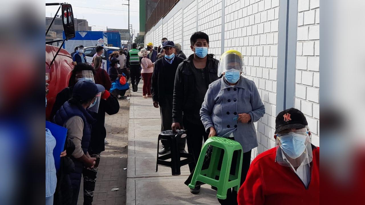 En el colegio Enrique Pallerdeli, cientos de personas expresaron su malestar por el retraso en la entrega de tickets.
