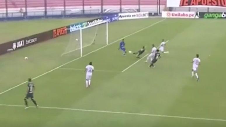 Novick se estiró y anotó en el Universitario vs. Ayacucho FC.