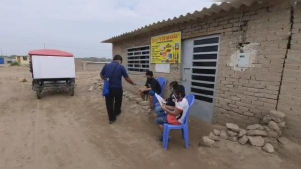 Todos los días los profesores llegan a las zonas pobres de Lambayeque para dictar clases a los niños.