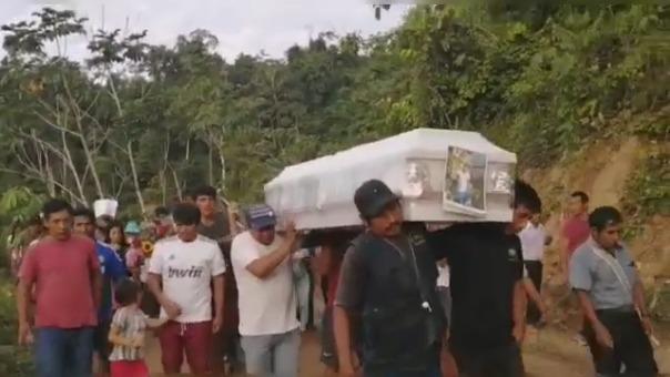 Los cajones blancos tenían pegadas las fotos de los dos jóvenes que fueron enterrados esta tarde en San Miguel del Ene.