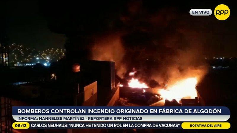 El incendio afectó una fábrica aledaña.