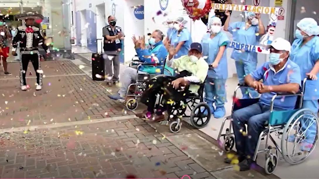 Con un pasacalle de globos, flores y músicos fueron recibidos seis pacientes tras vencer a la COVID-19.