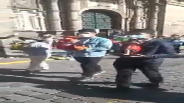 Feligreses de Cusco realizaron una presentación simbólica del ingreso de los 15 santos a la plaza mayor de la ciudad.