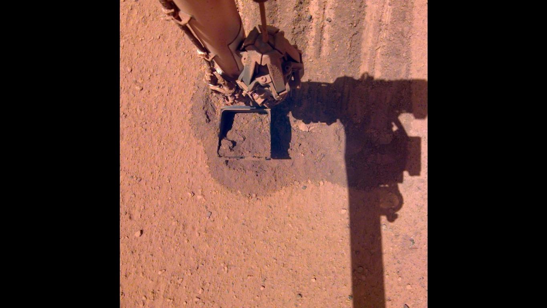 El rover InSight aplica un curioso truco para quitarse el exceso de polvo en sus paneles solares.