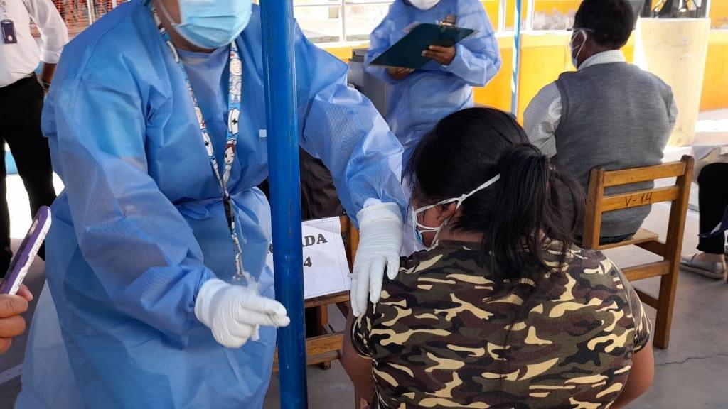 Con llegada de nuevas dosis se continuará vacunando a personas de 55 años y ampliar la cobertura a adultos de 50 a 54 años.