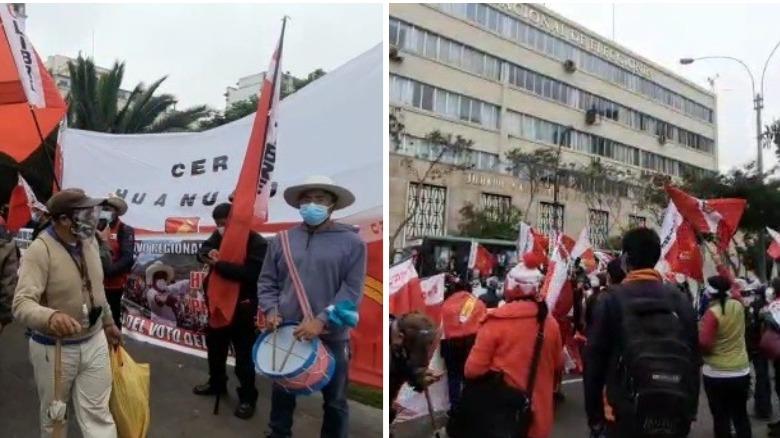 Los manifestantes de Peru Libre llegaron frente a la sede del Jurado Nacional de Elecciones poco antes de las 4 de la tarde.