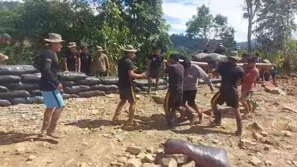 Personal del Ejército prepara junto a la población el terreno donde se instalará la nueva base militar.