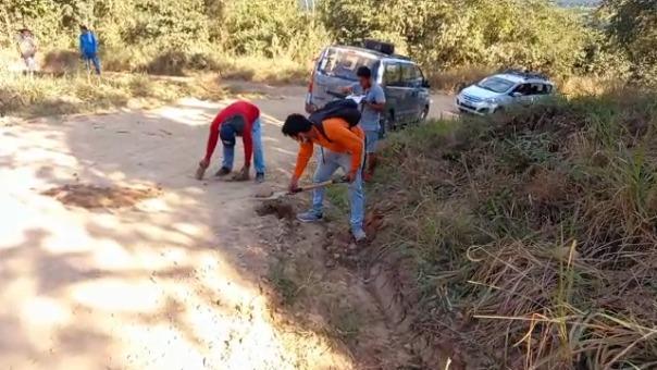 Transportistas realizaron algunas reparaciones a la trocha carrozable que conduce hacia el distrito de Sauce, donde se ubica el principal atractivo turístico de la región San Martín.