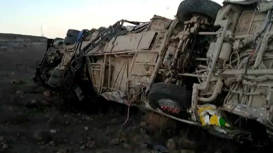 La compañía de Bomberos de Nasca indicó que encontraron catorce fallecidos en la pendiente, por donde cayó el bus.