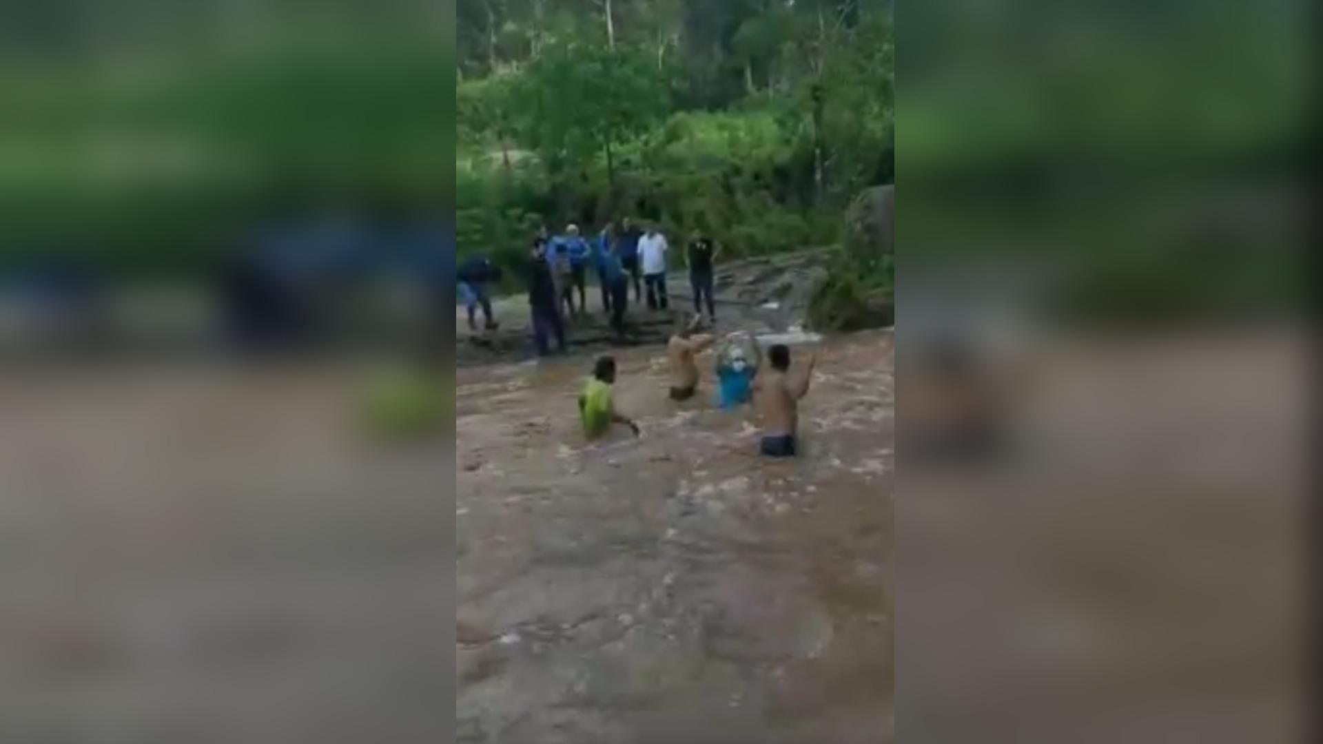 De esta manera la brigada tuvo que cruzar el río para poder vacunar a los adultos mayores de 60 años.
