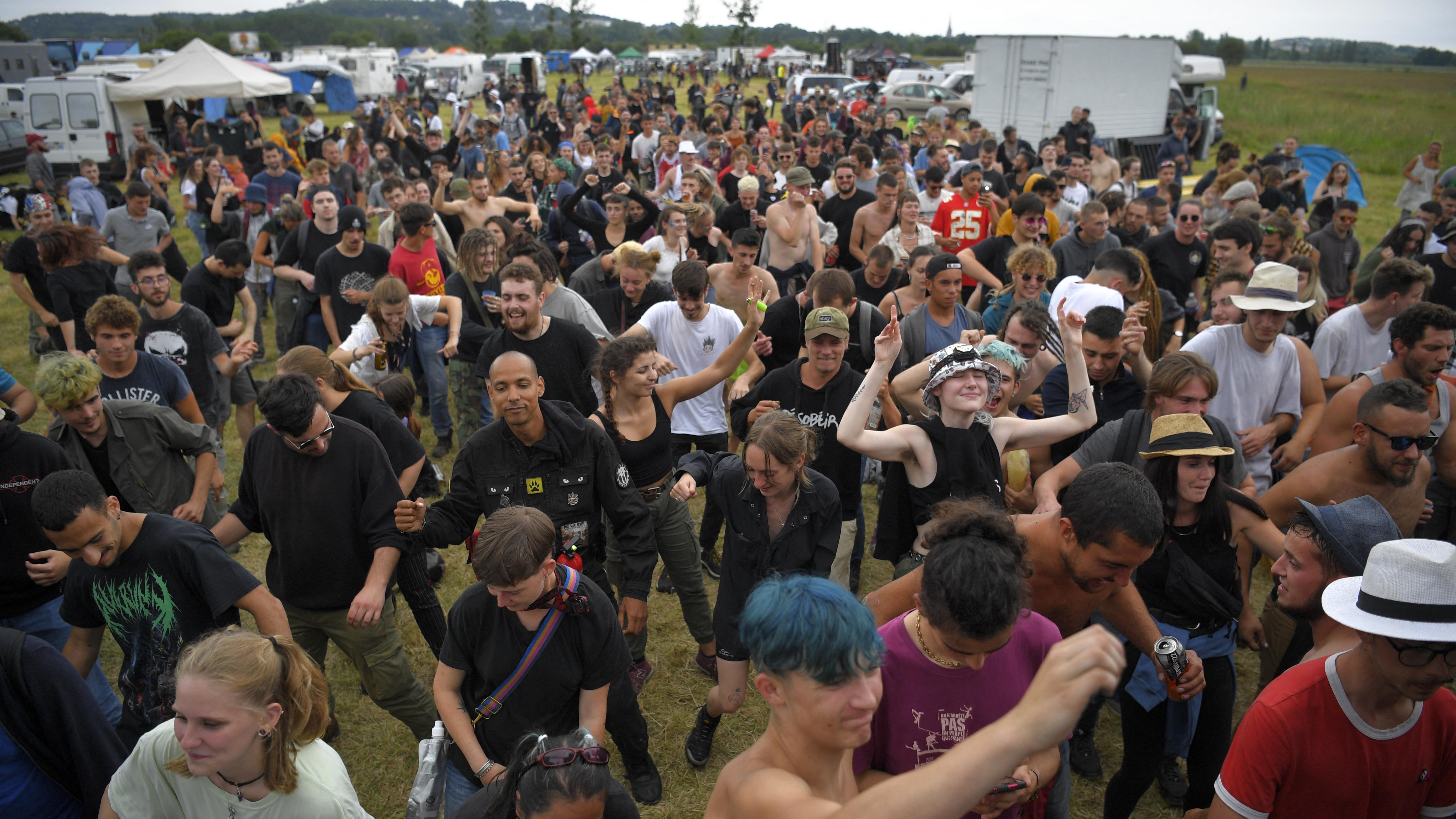 Los participantes participan en una fiesta rave ilegal en un campo en Redon, noroeste de Francia.