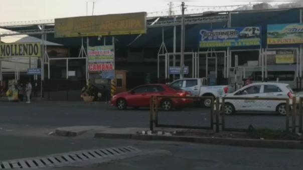 Transportistas de minivan continúan llevando pasajeros fuera de Arequipa, pese a que los viajes interprovinciales están prohibidos.