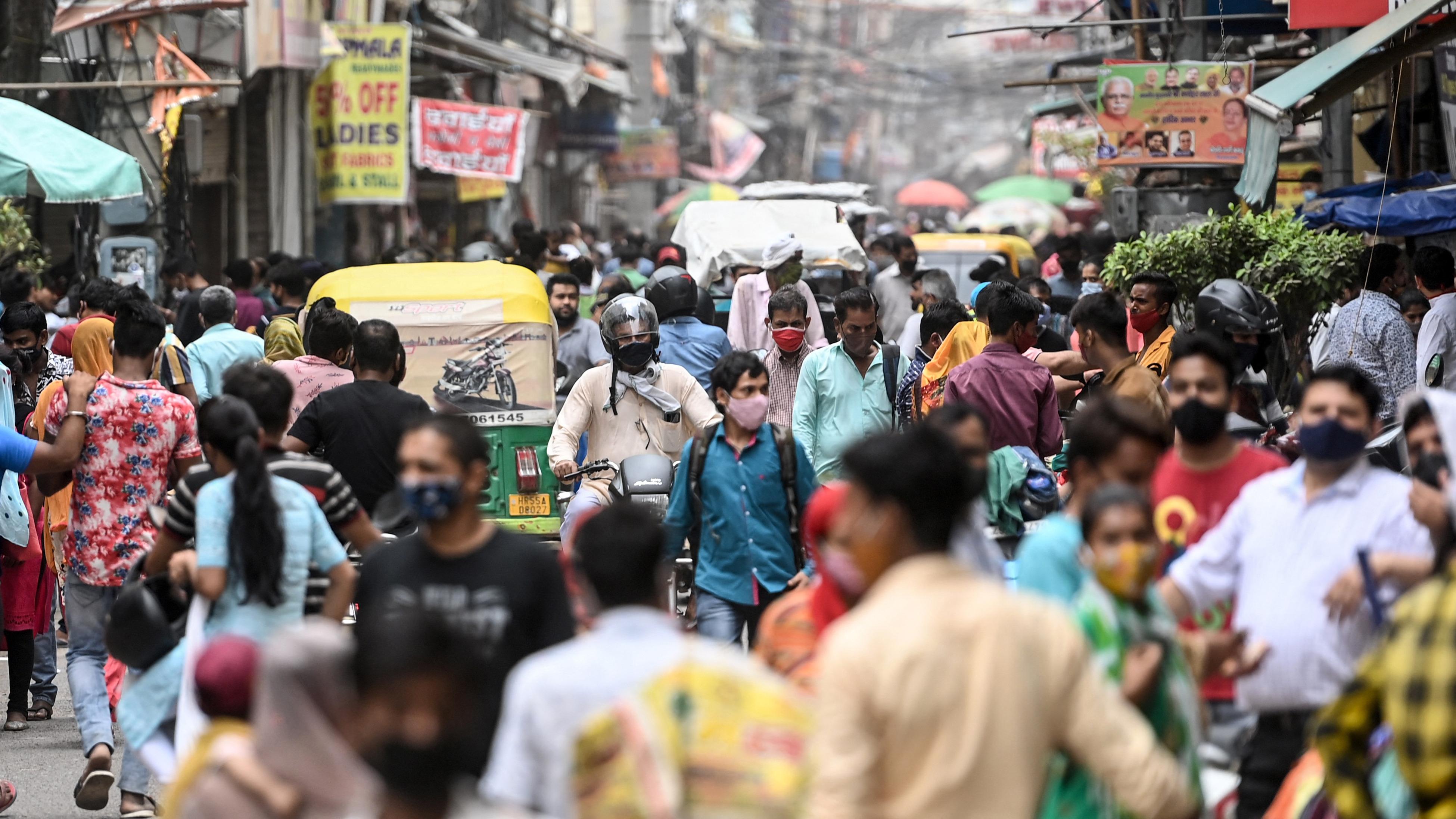 La gente compra en un mercado después de que el gobierno alivió las restricciones a medida que disminuyó el número de nuevas infecciones por coronavirus Covid-19, en Gurgaon (India).