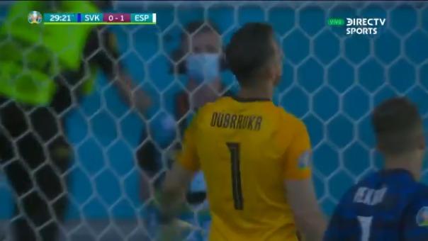 Martin Dubravka de Eslovaquia marcó insólito autogol para el 1-0 de España
