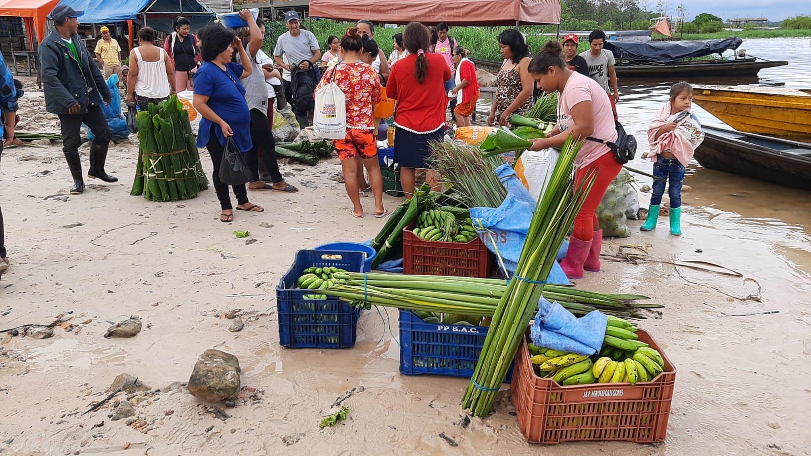 Los comuneros llegaron con sus productos entre ellos la hoja de vijau, gallina de chacra y la aceituna, productos necesarios para la elaboración del juane