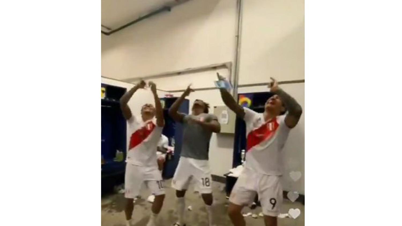 Lapadula, Carrillo y Cueva celebran bailando.