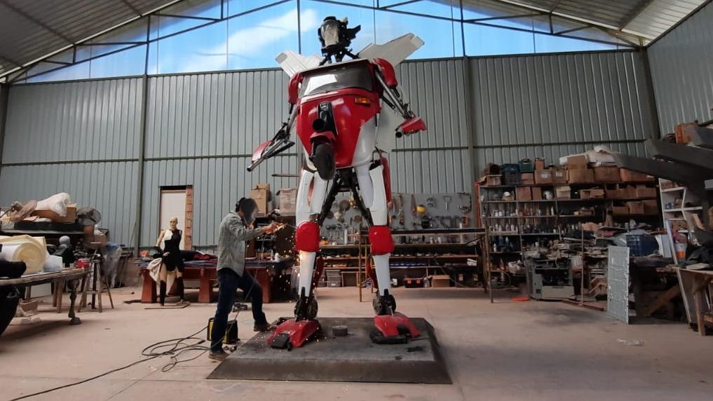 Artistas convierten mototaxi en una escultura al estilo de
