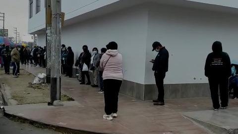 En los exteriores del Centro Comercial El Quinde, la fila de personas alcanzaba las siete cuadras.