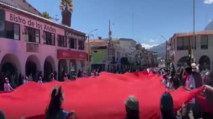 La bandera de 200 metros de largo y 20 de ancho fue paseada por los guías de alta montaña y otras autoridades en la plaza de Armas de Huaraz.