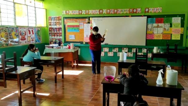 Escolares asisten tres días a la semana para escuchar sus clases.