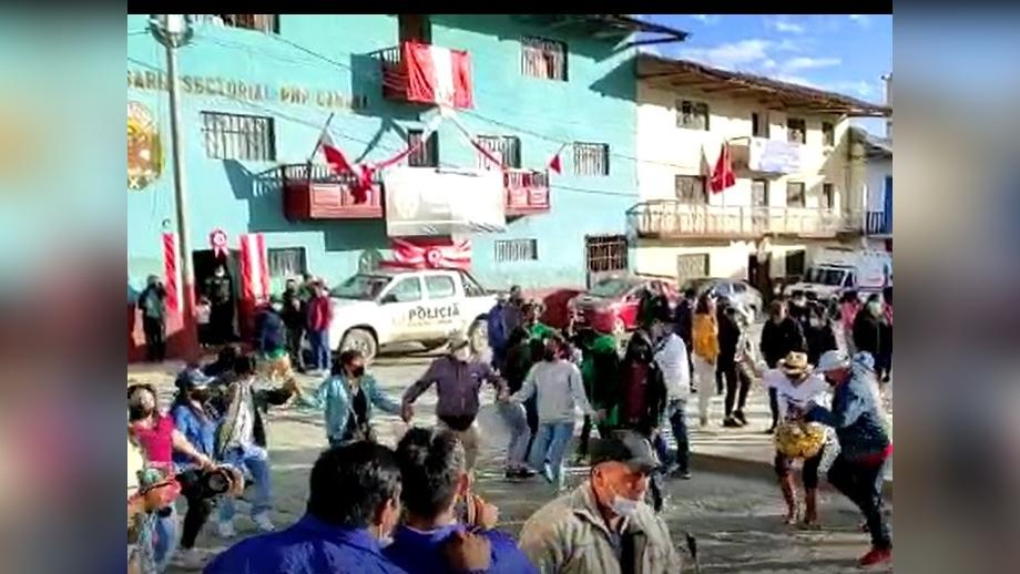 En la plaza de Armas de Cabana grupos de ciudadanos celebraron la fiesta patronal.