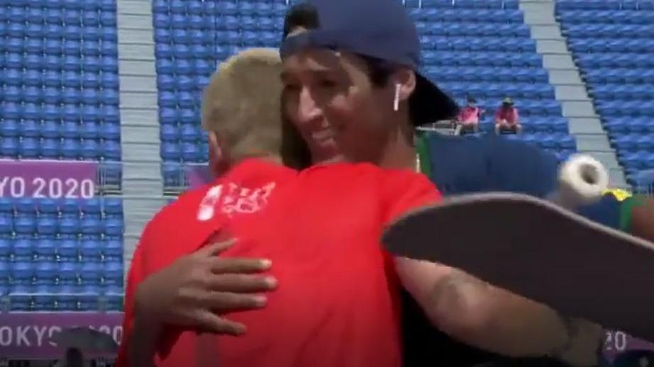 Este fue el saludo de Angelo Caro al brasilero Kelvin Hoefler.