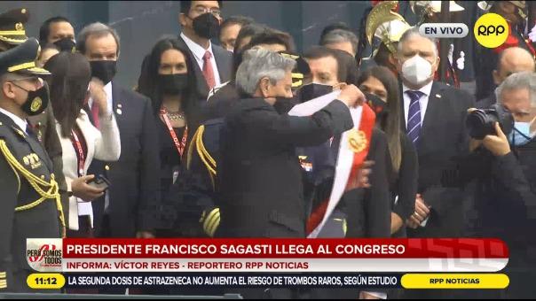 Francisco Sagasti entregó la banda presidencial.