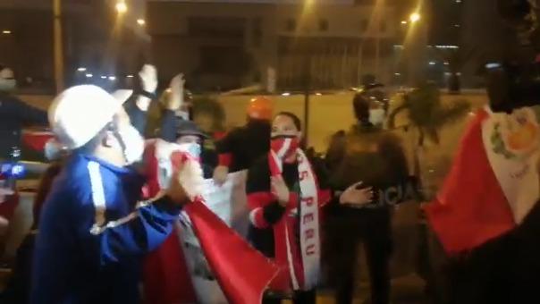 Un grupo de personas se manifiesta en contra del mandatario Pedro Castillo.