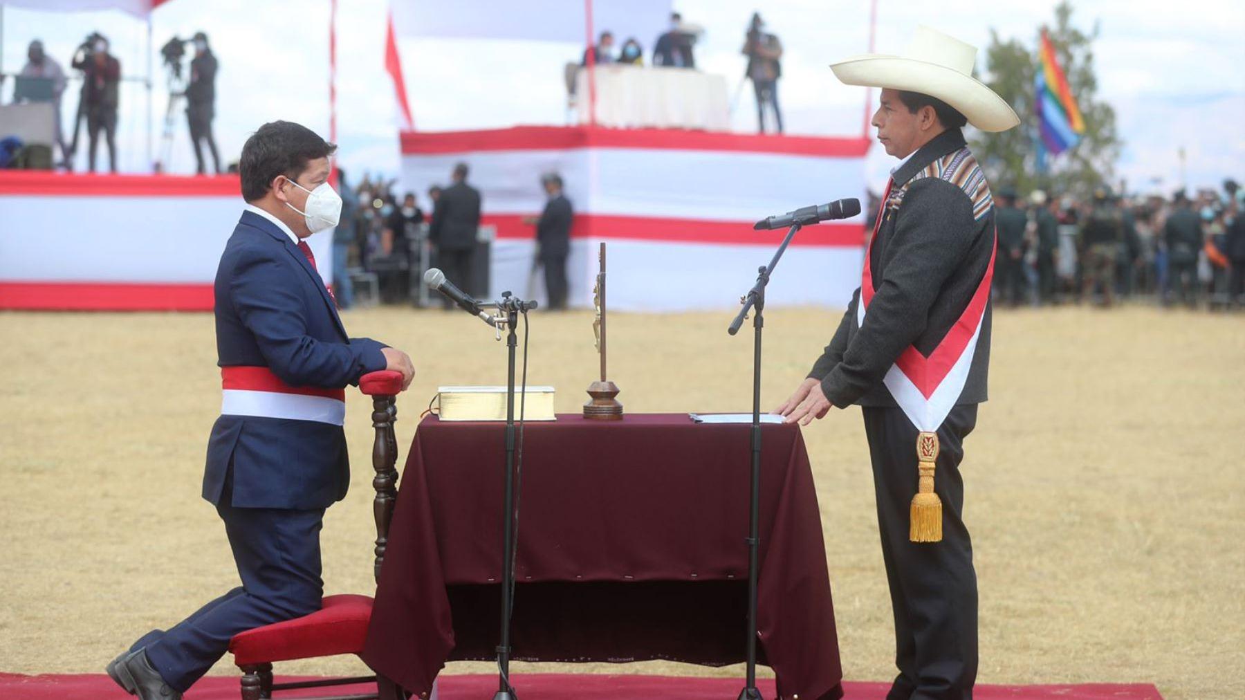 Pedro Castillo tomó juramento a Guido Bellido esta mañana.