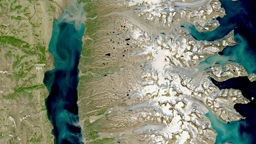 Imagen de satélite que muestra una descarta significativa de sedimento en el Océano Ártico por los glaciares que se derriten como resultado de temperaturas inusualmente altas.