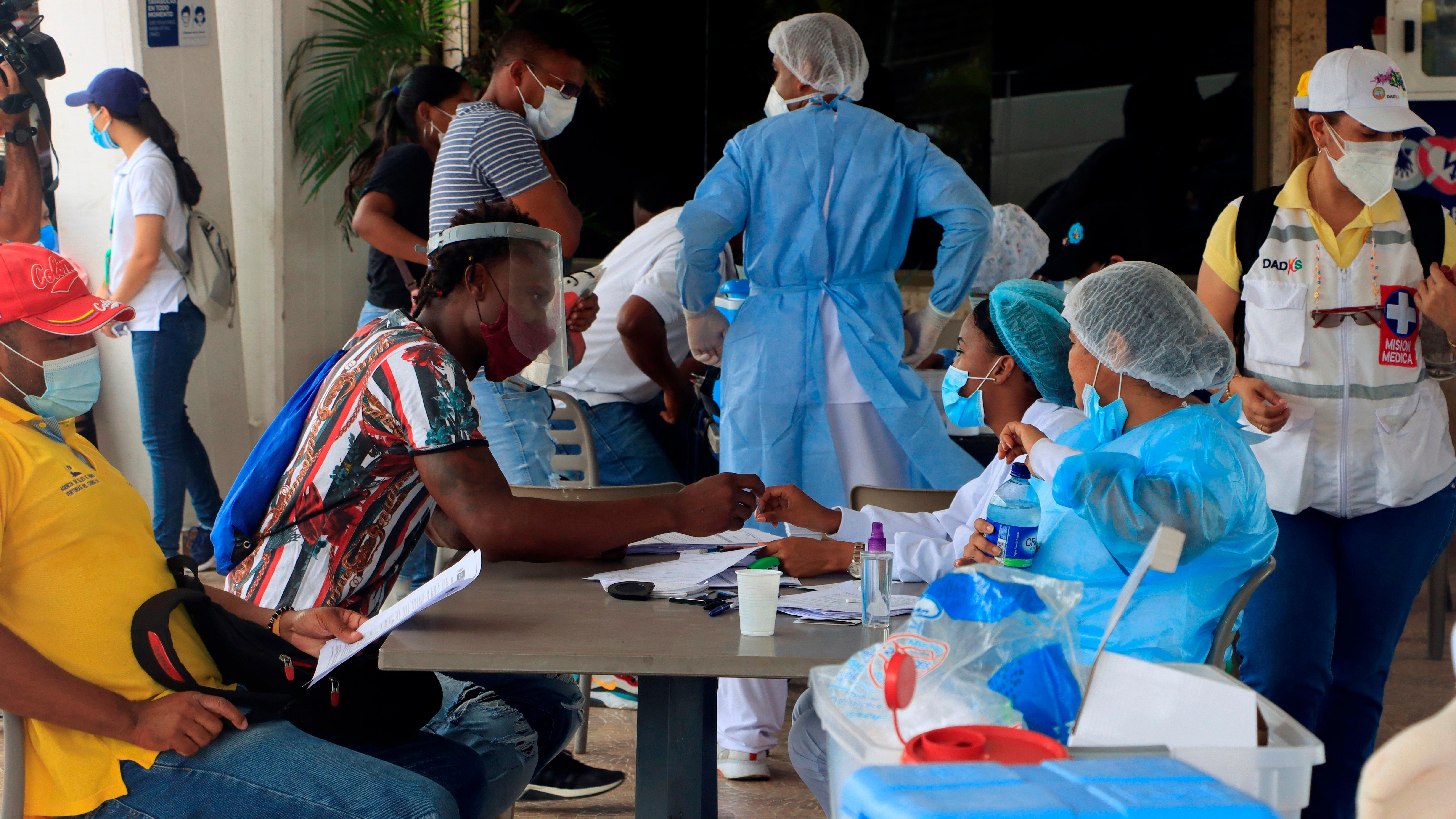 Varias personas acuden a recibir una dosis de la vacuna contra la COVID-19 en Cartagena (Colombia).