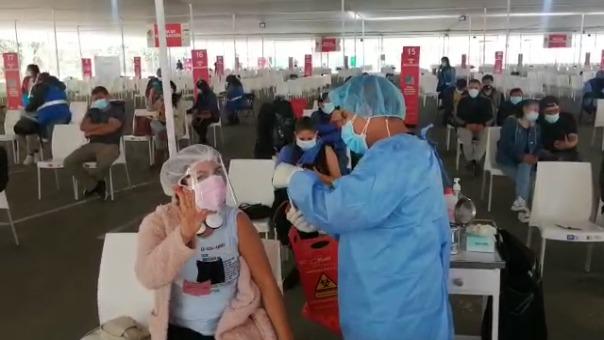 Este jueves hubo una menor afluencia de público en el vacunatorio del Parque de la Exposición en Lima, luego de que el Gobierno anuncie la vacunación con la firma Sinopharm.