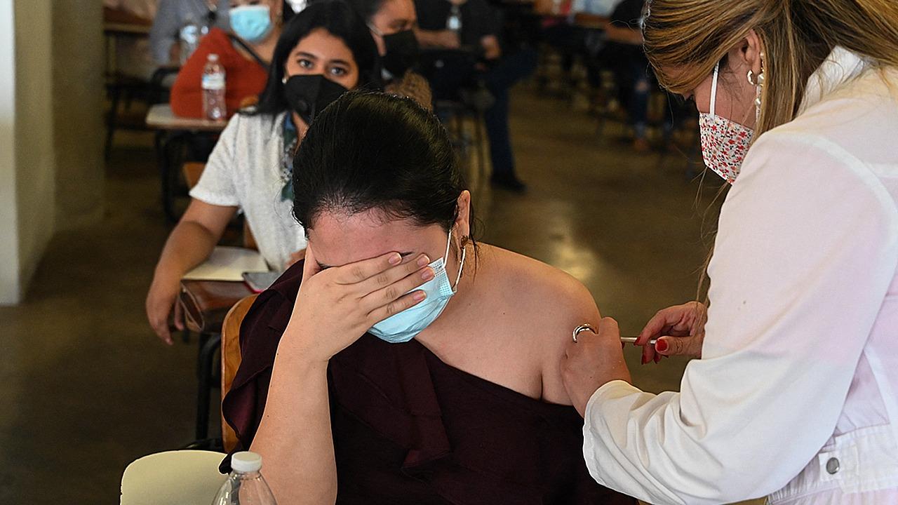 ¿Cómo deben interpretarse las infecciones que ocurren en personas vacunadas?