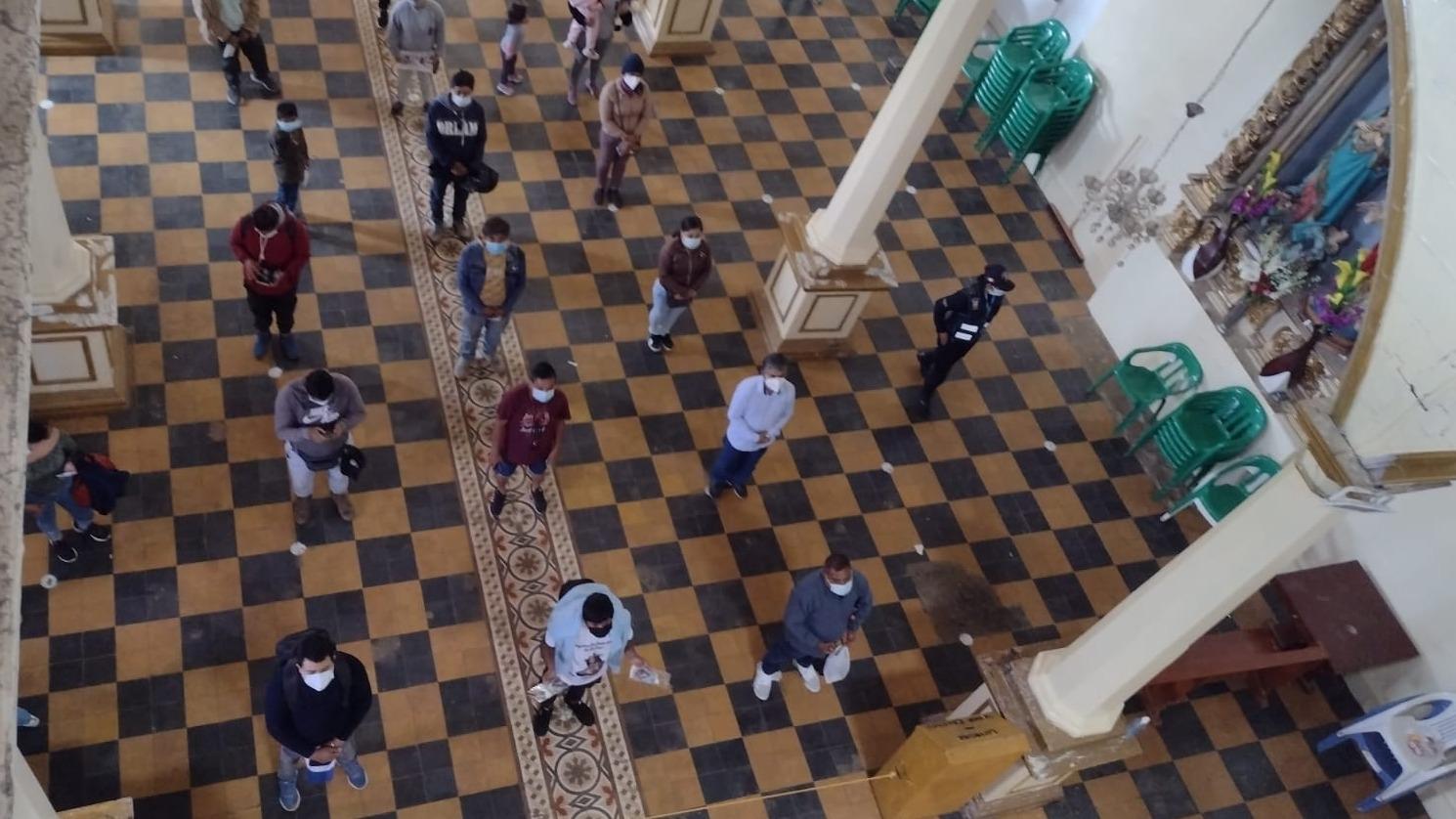 Cada grupo de 50 personas ingresa por cinco minutos, se vigila que haya distancia de un metro y medio para venerar la imagen y luego se retiren.
