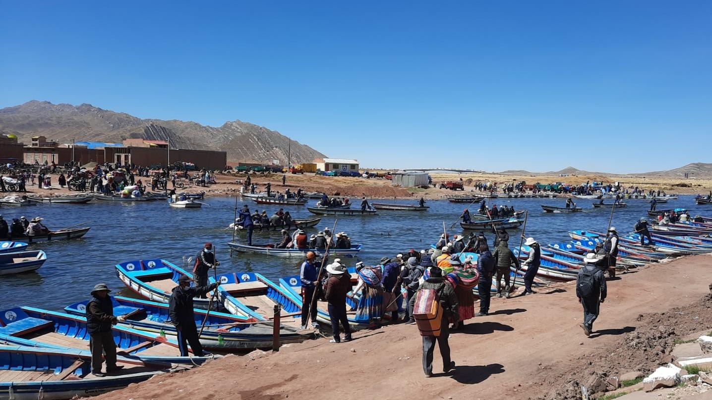 En pequeñas lanchas, decenas de personas cruzan el río Desaguadero del lado peruano al boliviano.