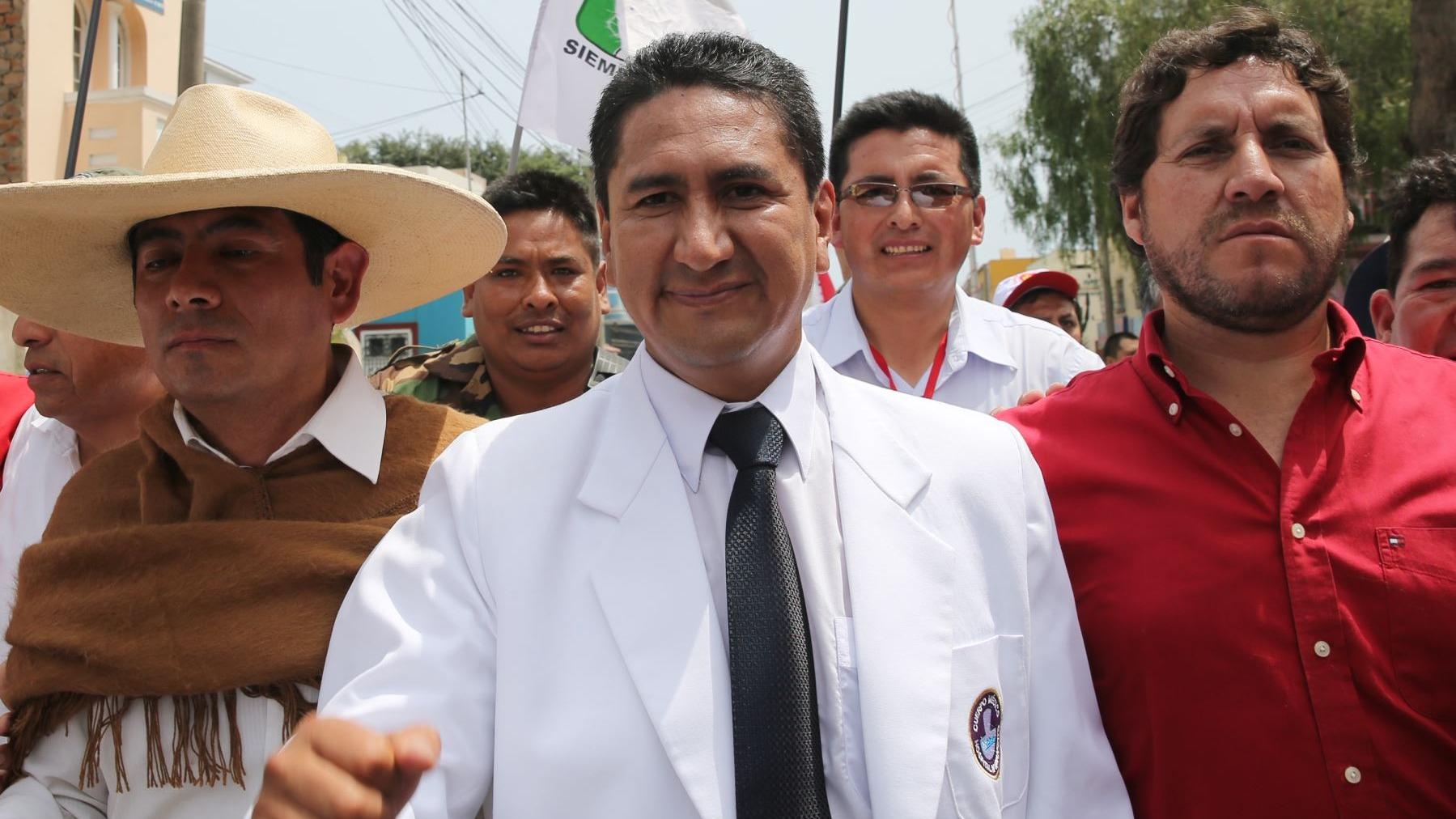 Perú Libre rechaza que haya fraccionamiento tras crítica a ministro Torres.
