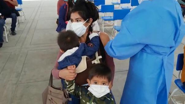 Joven madre recibió su primera dosis de la vacuna contra la COVID-19. Ella llegó al vacunatorio con sus dos menores hijos.