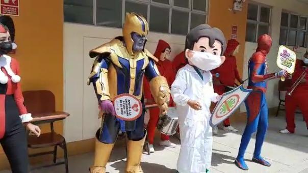 La Gerencia Regional de Salud de Lambayeque recorrió diferentes centros de vacunación con un grupo musical, juegos y premios para las personas que llegaron a vacunarse.