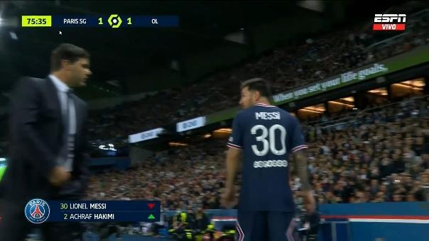 Lionel Messi sale cambiado ante Lyon.