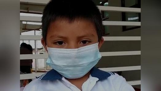 Ángel, de seis años de edad, brindó su testimonio al concluir su primer día de clases semipresenciales.