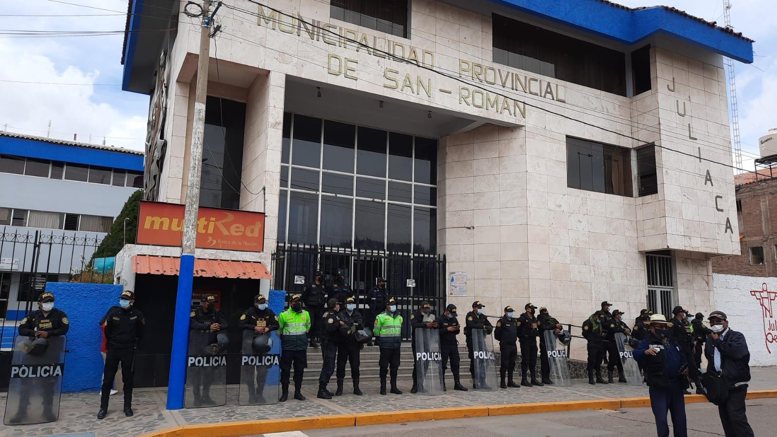 Municipalidad Provincial de San Román permaneció custodiada por efectivos policiales.
