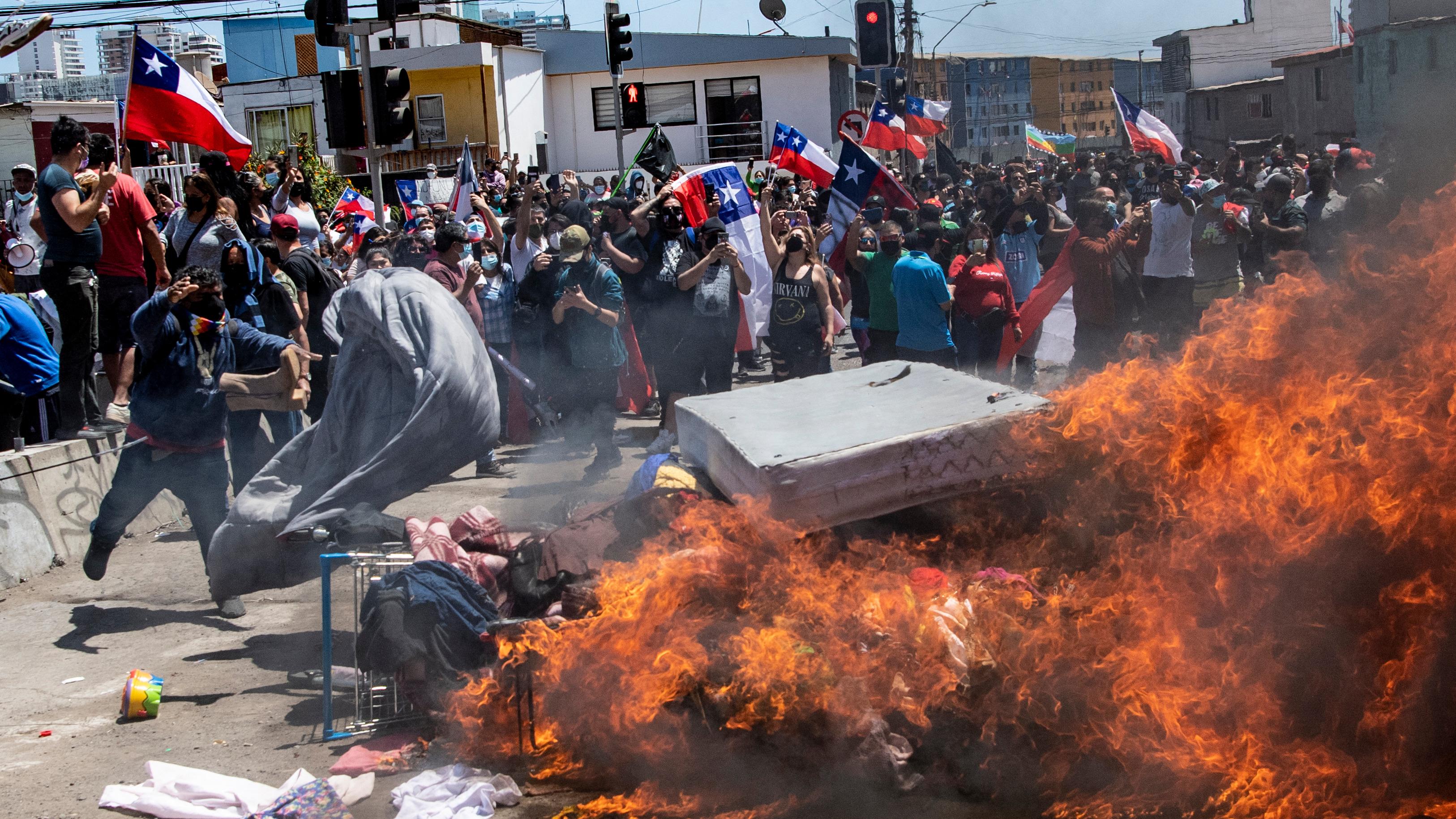 Participantes en marcha contra la migración irregular queman carpas de extranjeros