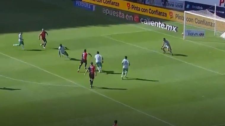El gol de Anderson Santamaría contra el León de Santiago Ormeño.
