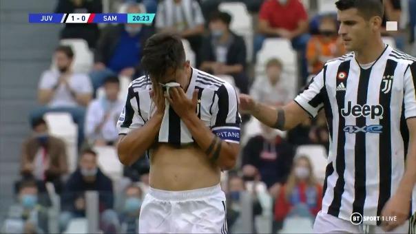 Paulo Dybala sale del campo en duelo ante Juventus.