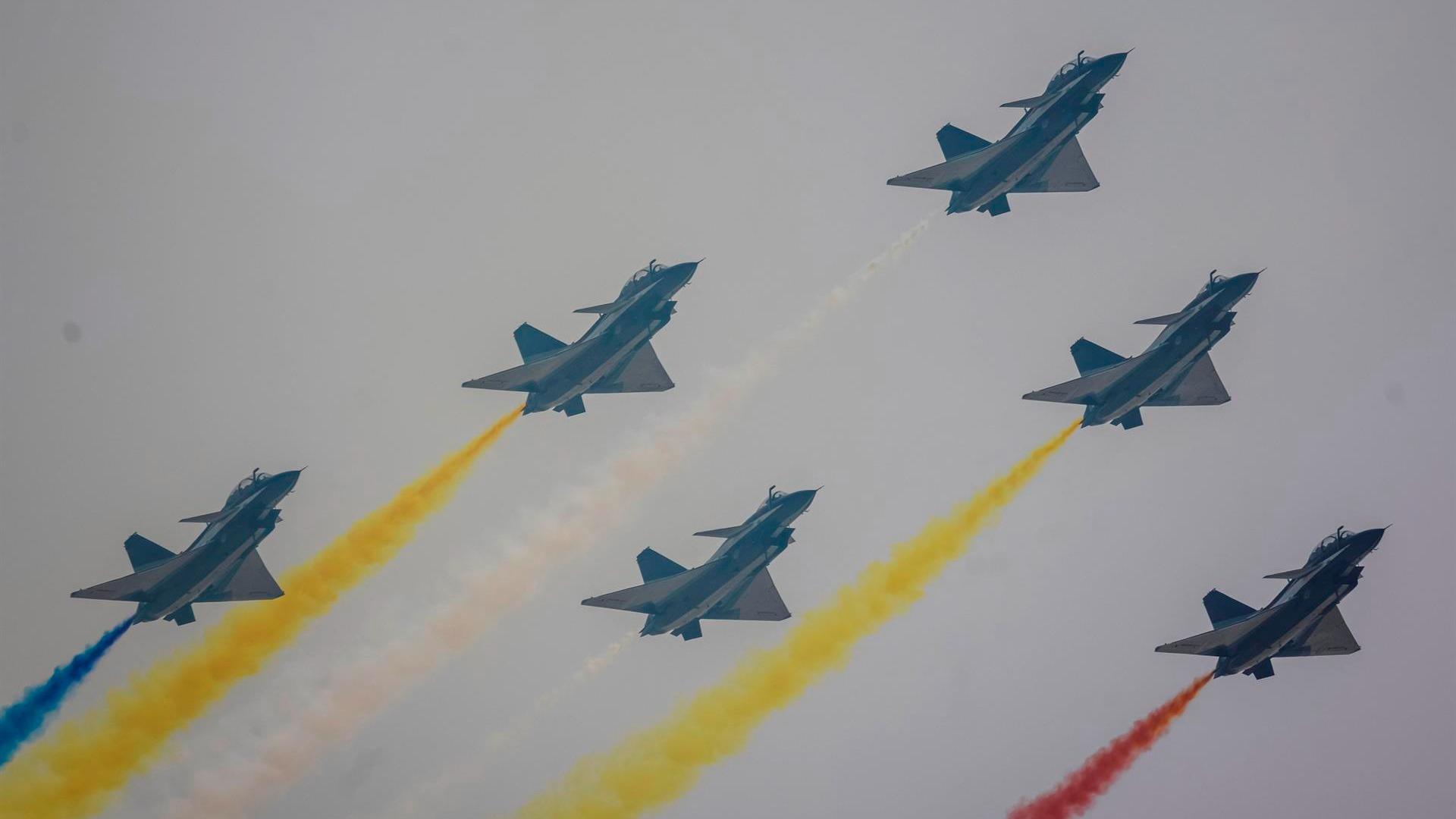 Un equipo de acrobacias aéreas se presenta en aviones Chengdu J-10 durante la Exposición Internacional de Aviación y Aeroespacial de China en Zhuhai, China.