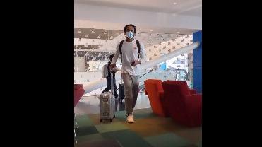 André Carrillo en aeropuerto.
