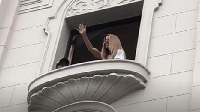 Kate del Castillo envió un caluroso saludo a sus fans desde el balcón de un hotel en Cercado de Lima.